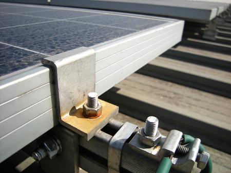 태양 엔드 클램프의 녹슨 와셔 잘못된 재료 스톡 콘텐츠