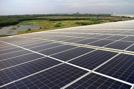 곡선 지붕에있는 대규모 태양 광 태양 광 옥상 시스템 스톡 콘텐츠 - 92273681