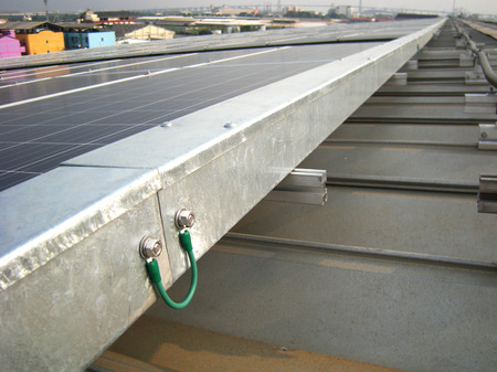 Ground Bonding  for Electrical Wireway Solar Rooftop Foto de archivo