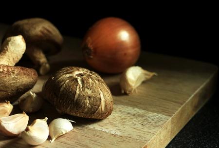 마늘과 도마가에 양파 신선한 버섯 스톡 콘텐츠