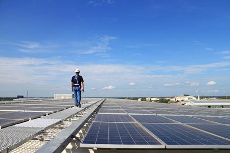 기술자가 걷는 태양 광 태양 광 옥상 스톡 콘텐츠
