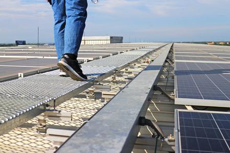 기술자가 산책로에서 걷는 태양 광 태양 광 옥상 스톡 콘텐츠