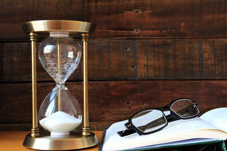도서와 안경 모래 시계