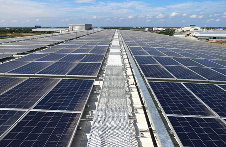 산책로가있는 태양 광 태양 광 옥상 시스템 스톡 콘텐츠
