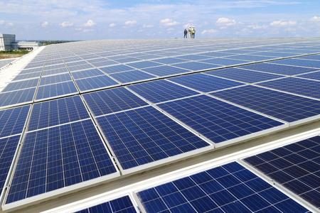워킹 워커와 태양 PV 옥상 스톡 콘텐츠 - 95335068