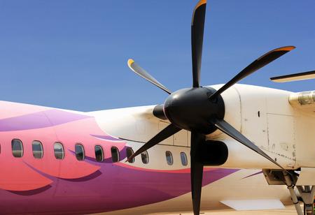 프로펠러 비행기가 가까이 스톡 콘텐츠 - 99836418