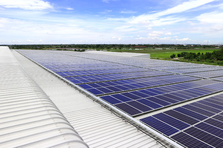 Solar PV Dach unter blauem Himmel