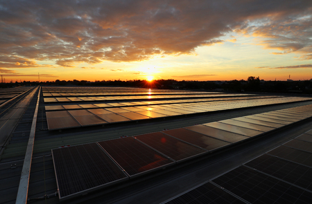 Solar fotovoltaica en la azotea amanecer hermoso cielo Foto de archivo