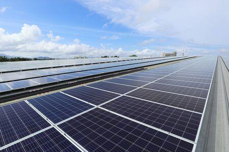 Fondo de cielo nublado de sistema solar fotovoltaico en la azotea