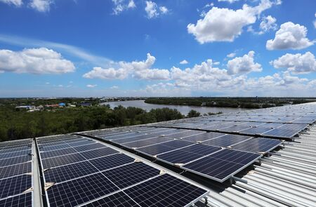 Solar PV Rooftop on Curve Roof under Construction Beautiful Sky and River Background 免版税图像