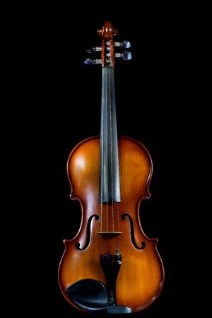 좋은 리플렉션 사용 하여 테이블에 바이올린 스탠드와 검은 배경에 고립