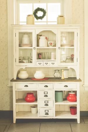 cocina vieja: Mueble de cocina antiguo y utensilios de cocina de estilo antiguo en la mirada en colores pastel