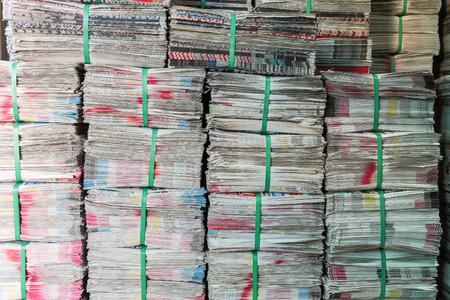 oude krant: Stapel kranten klaar voor de verkoop, wordt gebruikt voor het verpakken, in de verse markt, Bangkok, Thailand Stockfoto