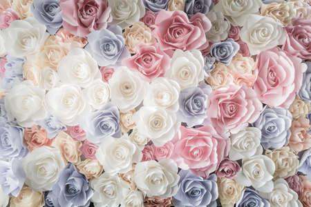 rosas rosadas: Tel�n de fondo de colores rosas de papel en una recepci�n de boda con colores suaves.