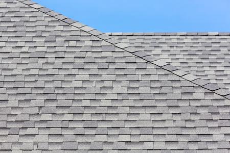 shingles: Cierre de nuevas tejas de caucho con luz residual de fondo azul.
