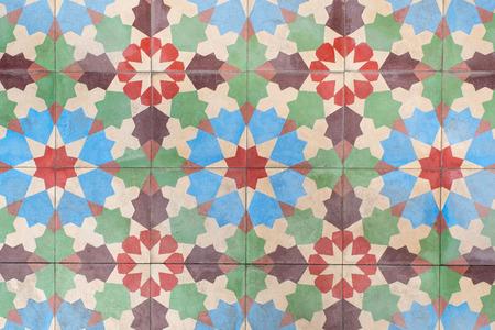 Oude vloertegels met kleurrijke bloem patroon.