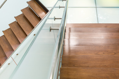 wooden flooring: Modern style wooden staircase with aluminium rail and tempered glass