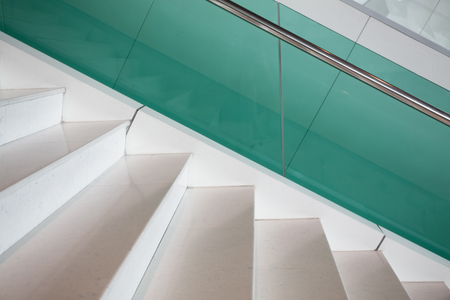 tempered: Modern style marble staircase with aluminium rail and tempered glass