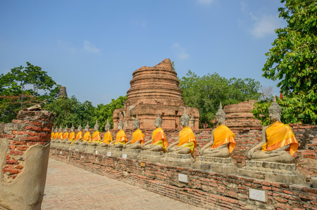 ease: Buddha statue.Wat Phra Kaew located to the southeast of the islands capital. Current district Klongsuanplu Ayutthaya, Thailand