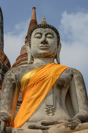 hoping: Buddha statue.Wat Phra Kaew located to the southeast of the islands capital. Current district Klongsuanplu Ayutthaya, Thailand