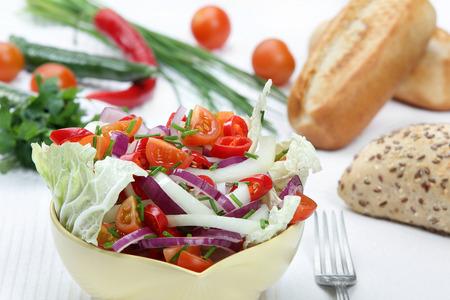 chiles picantes: Ensalada con pimientos, cebollas y tomates
