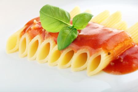 salsa de tomate: Pasta con salsa de tomate y albahaca Foto de archivo