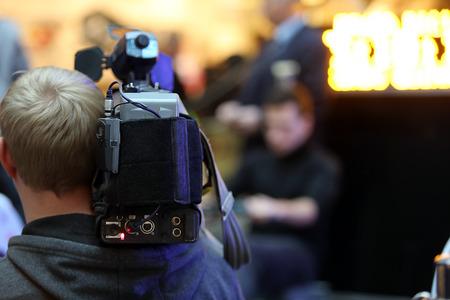 텍스트를위한 공간으로 촬영 한 이벤트를 촬영 한 TV 카메라맨 스톡 콘텐츠