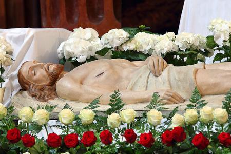 Jesus wird ins Grab gelegt. Hölzerne Figur von Jesus in der Kirche zu Ostern. Standard-Bild - 38923797