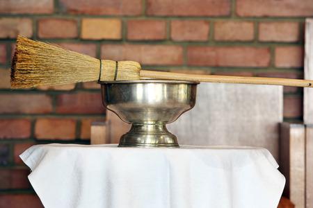 부활절 동안 교회에서 스프링클러와 거룩한 물