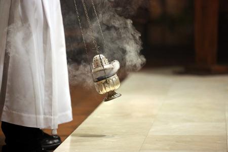 eucharistie: Encens pendant la messe à l'autel