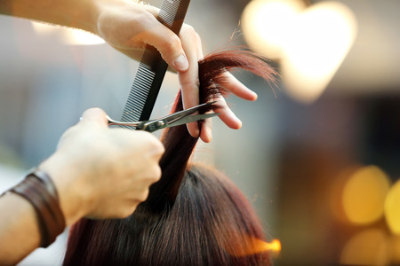 tijeras: Peluquería recortar el pelo rubio con tijeras