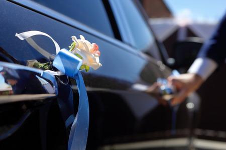 happy wedding: Groom gets into the car