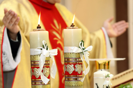Ksiądz świętować Msza w kościele Zdjęcie Seryjne