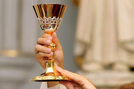 司祭は、教会でミサを祝います