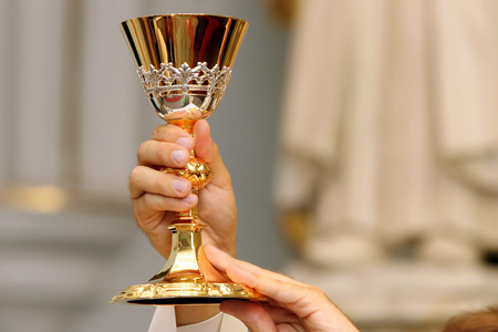 the church: Sacerdote celebrar una misa en la iglesia