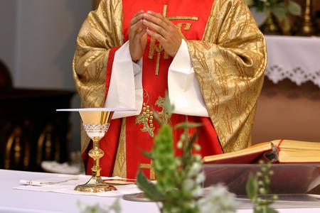 사제는 교회에서 결혼식 질량을 축하 스톡 콘텐츠