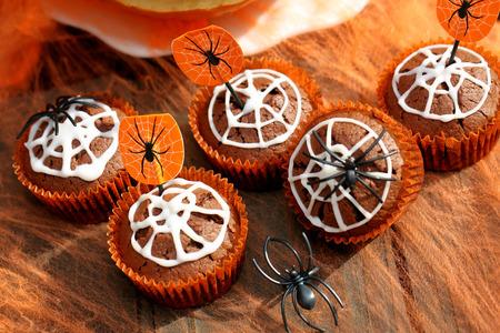 할로윈 날에 거미줄 초콜릿 머핀 케이크 스톡 콘텐츠