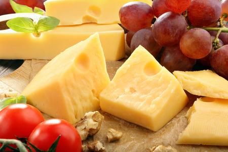 치즈 보드에 노란색 치즈 조성