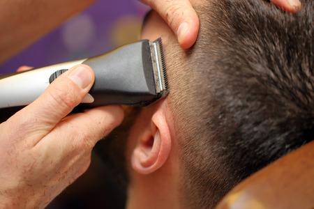 barbero: Peluquería de corte y modelado del cabello por trimer eléctrica