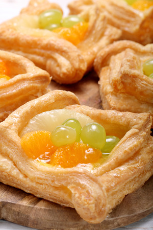 puff: Cream puff pastry with fruit
