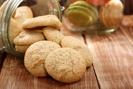 galletas: Galleta hecha en casa macarrones merengue de coco en el frasco Foto de archivo