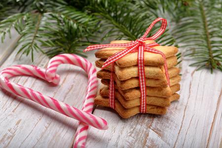 galletas de navidad: galletas de Navidad con la decoración en el fondo de madera Foto de archivo