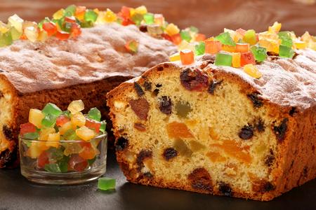 돌 배경에 부활절 과일 케이크