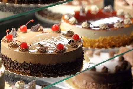 Diversi tipi di torte in mostra negozio di vetro pasticceria Archivio Fotografico