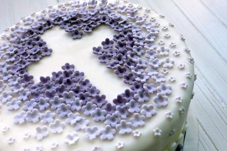 흰색 배경에 십자가와 첫 번째 거룩한 친교를위한 케이크 스톡 콘텐츠
