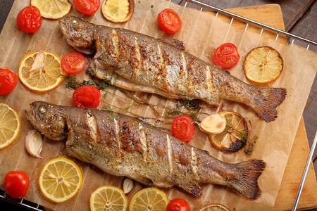Whole baked fish on the grill 版權商用圖片 - 58954560