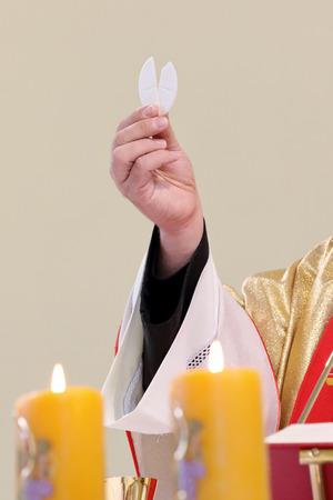 Priest een massa en heilige communie te vieren in de kerk