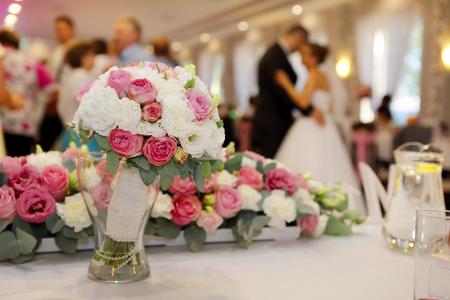 파티 또는 결혼식 피로연 중 커플 댄스