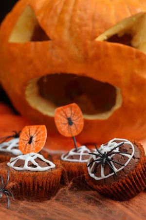 Czekoladowy słodka bułeczka tort z pająk siecią na Halloweenowym dniu