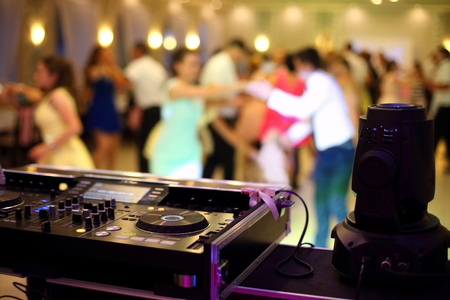 Dancing couples during party or wedding celebration by dj mixer 版權商用圖片 - 64225529